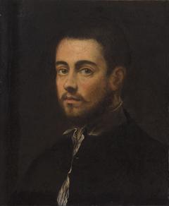 Brustbild eines jungen bärtigen Mannes
