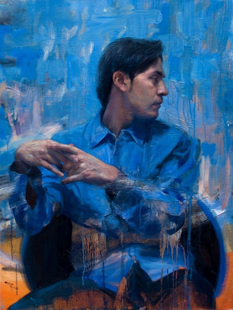 Hombre sobre fondo azul (Carlos)