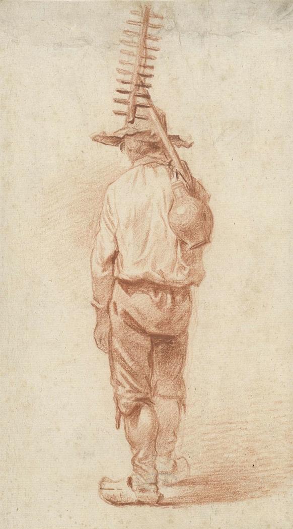 Staande boer met hark met kruik over de schouder, op de rug gezien