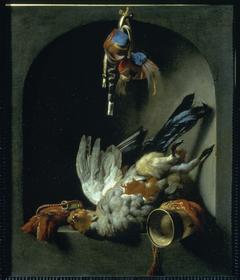 Stilleven met dode vogel en jachtgerei voor de valkenjacht, in een nis