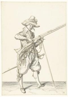 Soldaat op wacht die de lont op de haan van zijn musket de juiste plek en vorm geeft