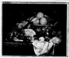 Stilleven met fruit, ham, noten, en een vaas met zilveren deksel